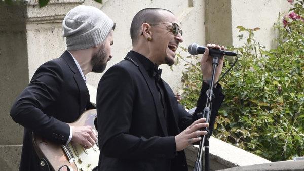 Na snímku z letošního května Chester Bennington zpívá Cohenovo Hallelujah na pohřbu Chrise Cornella.