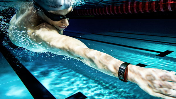 Nové chytré hodinky a náramek od Samsungu mohou do hloubky 50 metrů