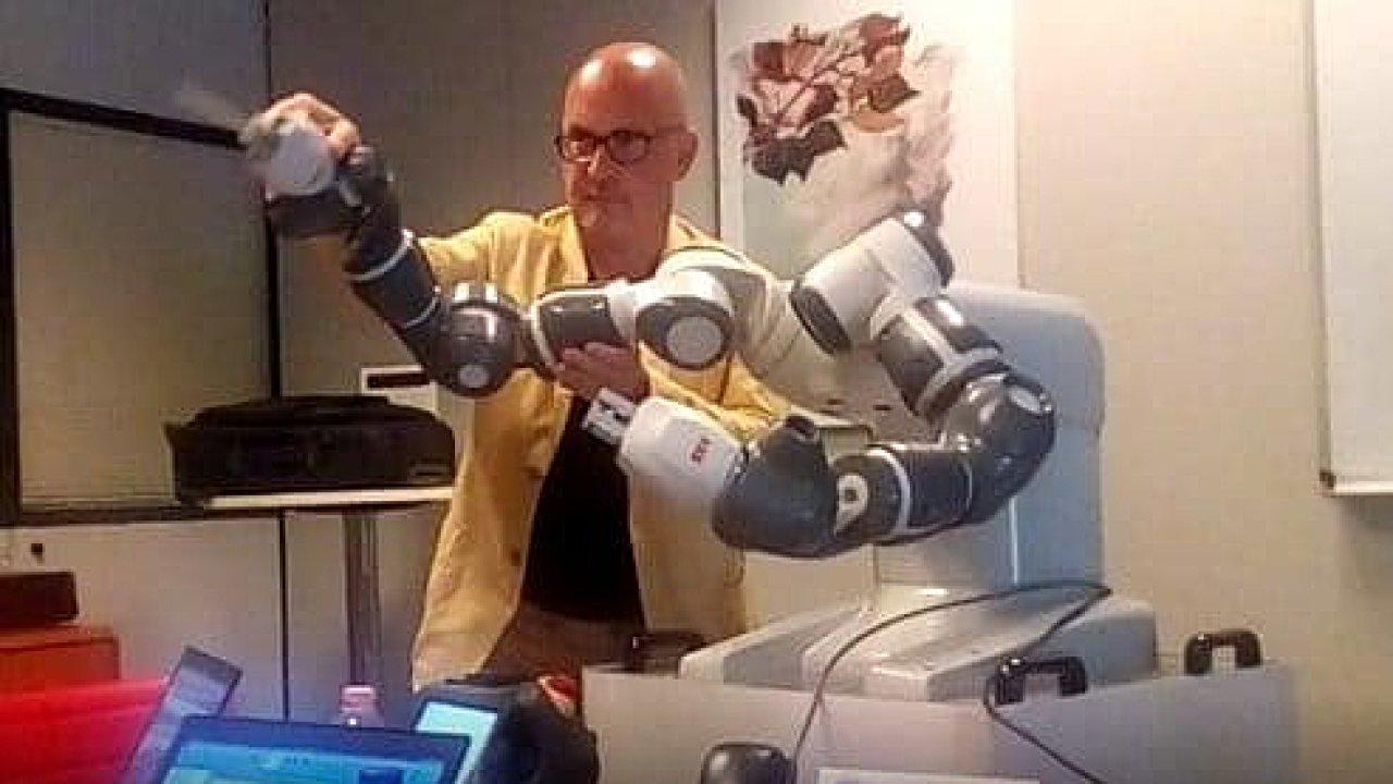 Na snímku s robotem YuMi je ředitel Verdiho divadla v Pise Andrea Colombini.