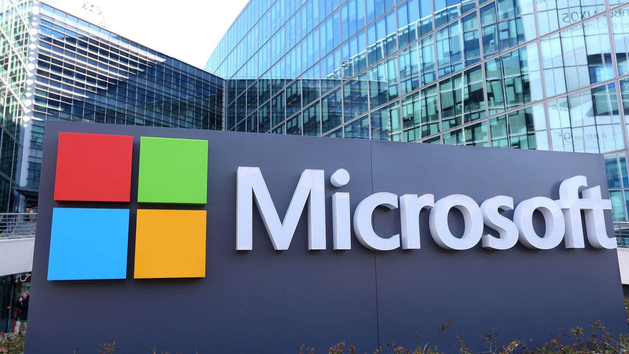 Zaměření Microsoftu na rychle rostoucí cloudové služby mu pomáhá vykompenzovat pokles poptávky po osobních počítačích.