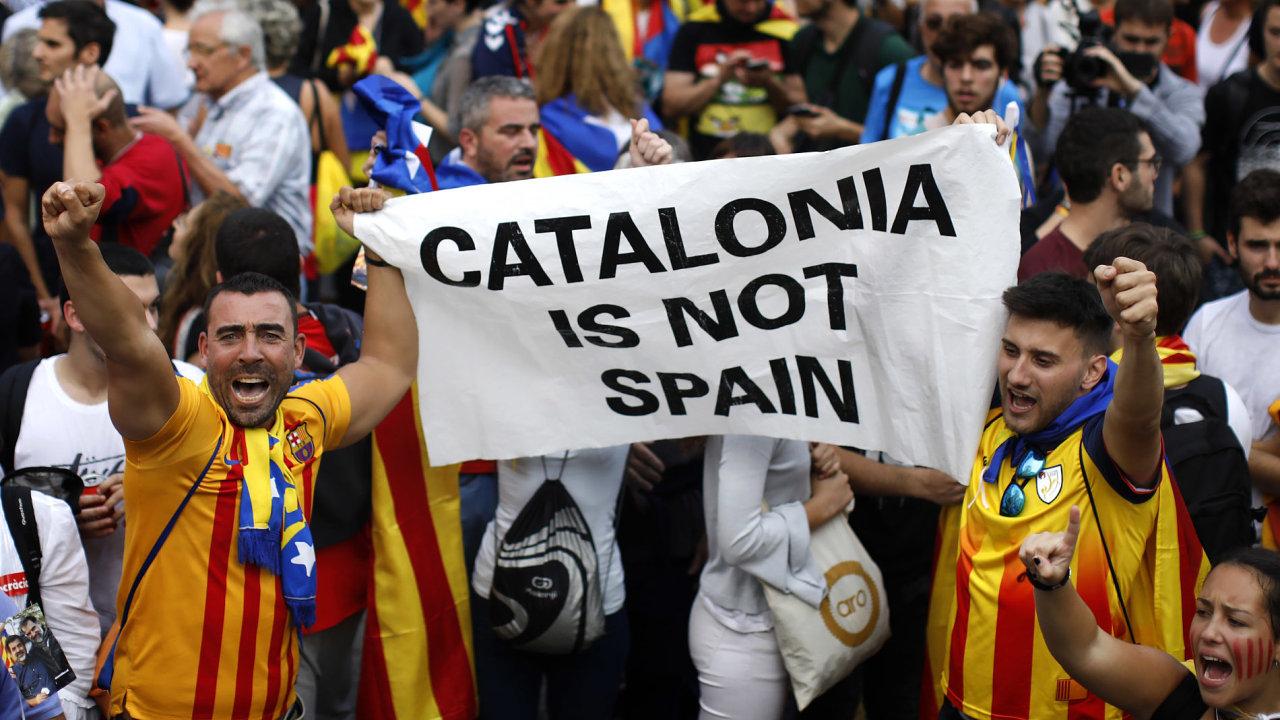 Tisíce Katalánců slaví v Barceloně rozhodnutí parlamentu o nezávislosti