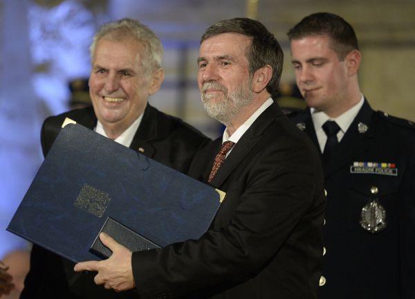 Zleva prezident Miloš Zeman a historik Vlastimil Vondruška po slavnostním ceremoniálu udílení státních vyznamenání