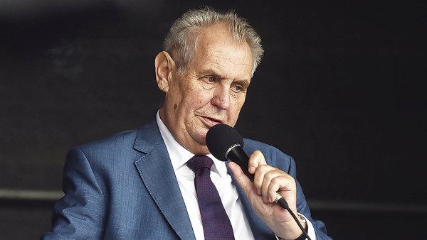 Miloš Zeman v rozhovoru pochválil kandidátku na ministryni obrany Karlu Šlechtovou.