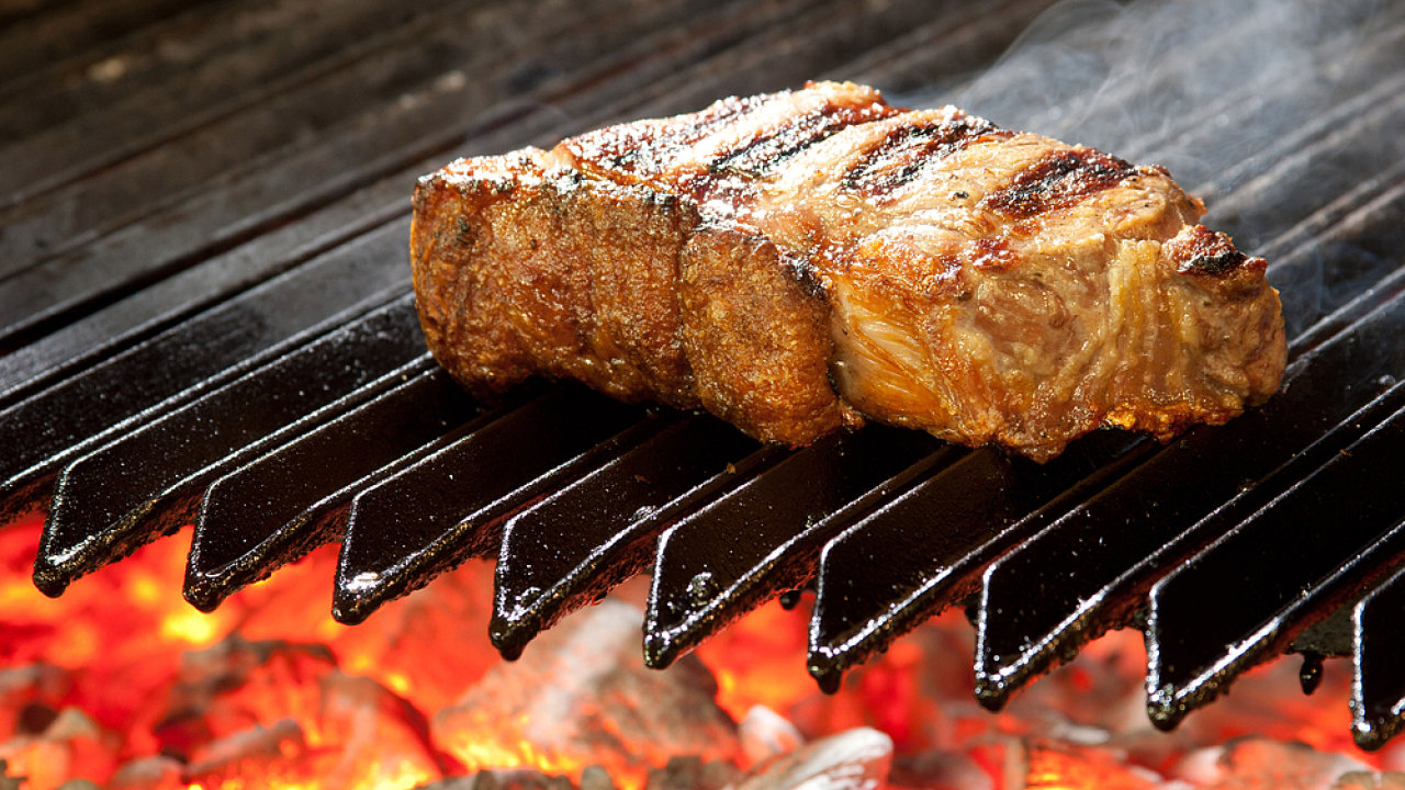 Pořádný kus masa, nebo odřezky slepené za pomoci enzymů?