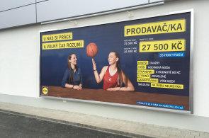 Jaká je práce v Lidlu za 30 tisíc? Hlavně úsměv, tykání, sluchátko neustále u ucha a všichni zaměstnanci dělají všechno
