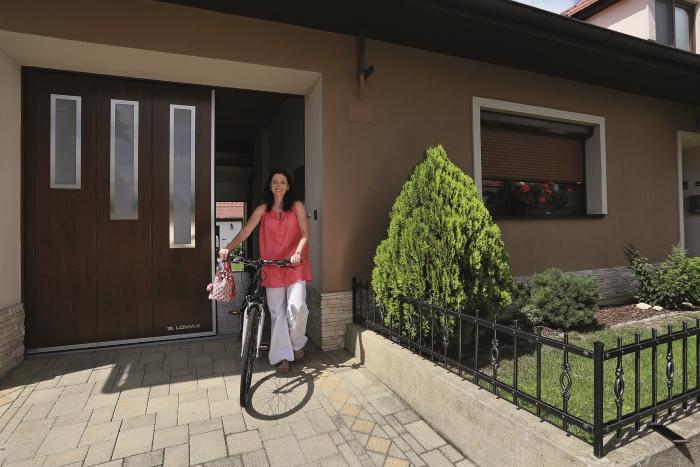 Posuvná vrata do boku maximalizují praktickou využitelnost mnohdy jediného vchodu do domu