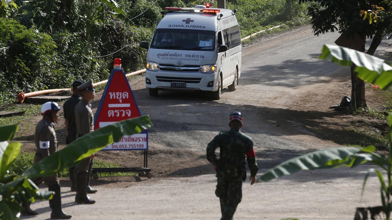 Záchranáři vyprostili z thajské jeskyně další chlapce.