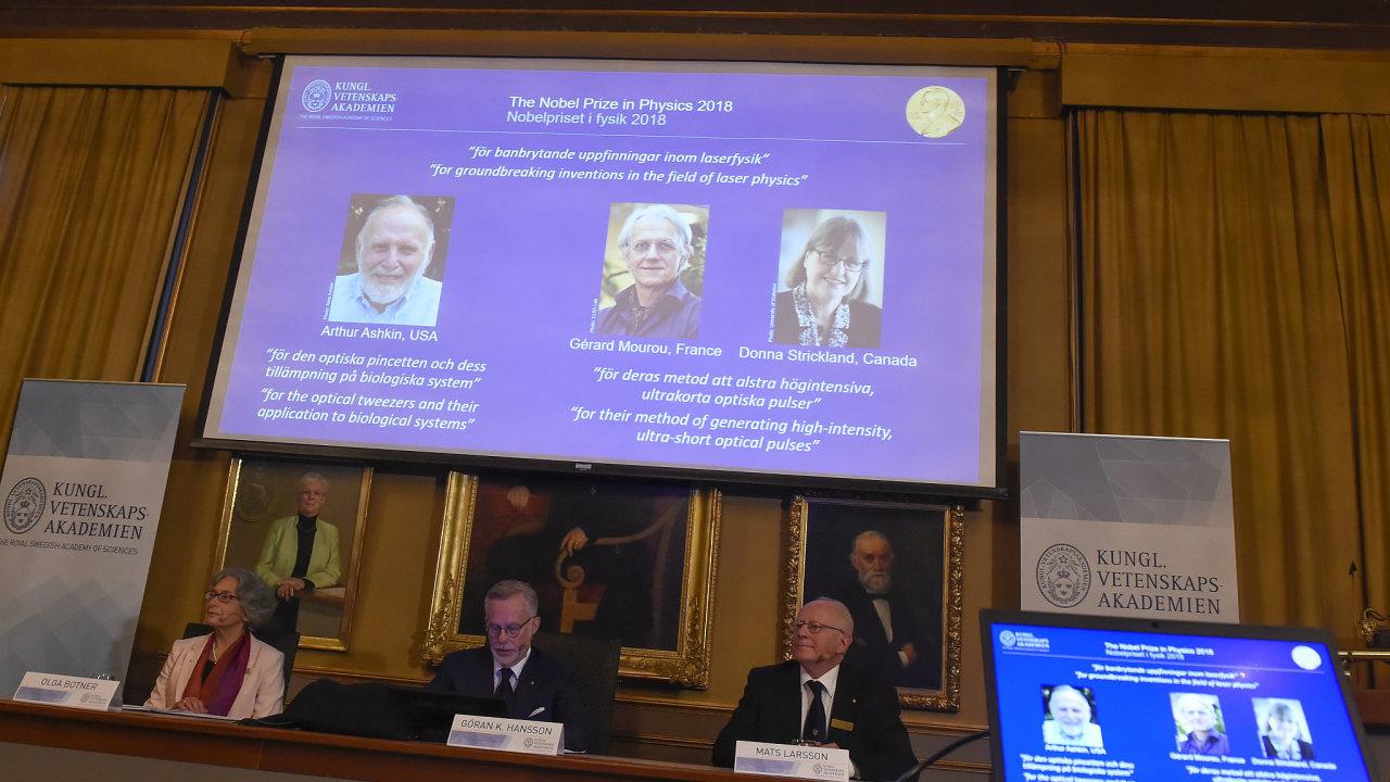 Američan Arthur Ashkin, Francouz Gérard Mourou a Kanaďanka Donna Stricklandová získali za průlomové objevy v oboru laserové fyziky Nobelovu cenu.