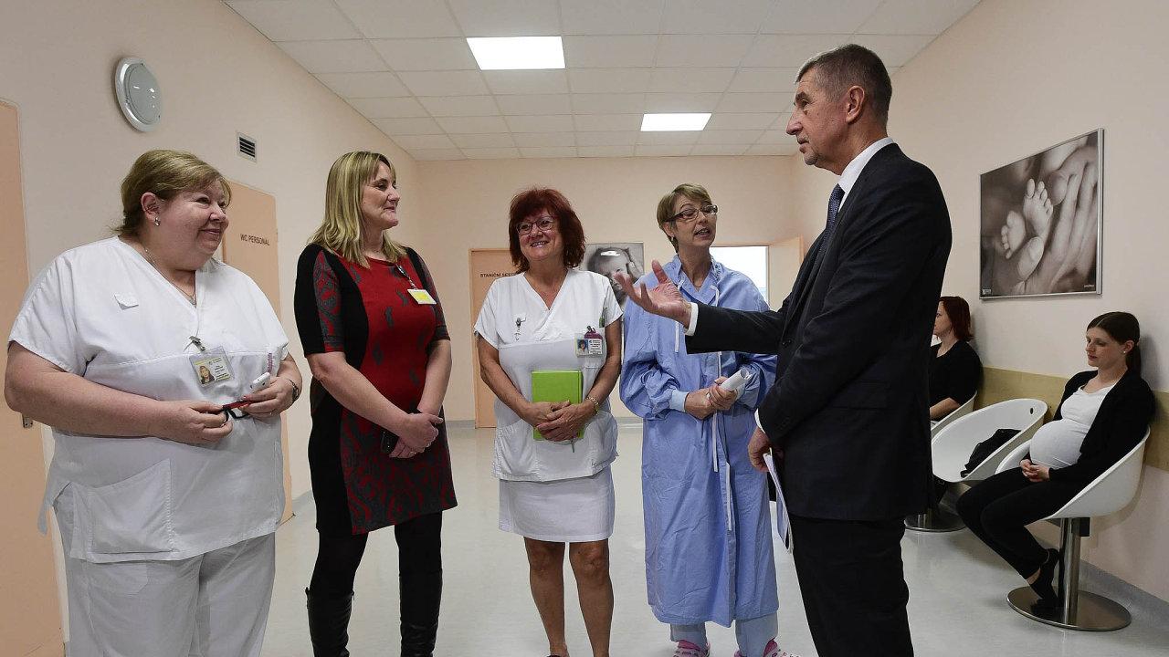 Provoz prvního Centra porodní asistence vČesku zahájí pražská Nemocnice NaBulovce v pátek. Vúterý si ho byl prohlédnout premiér Andrej Babiš. Zcela vlevo je vrchní sestra Hana Jandovská.