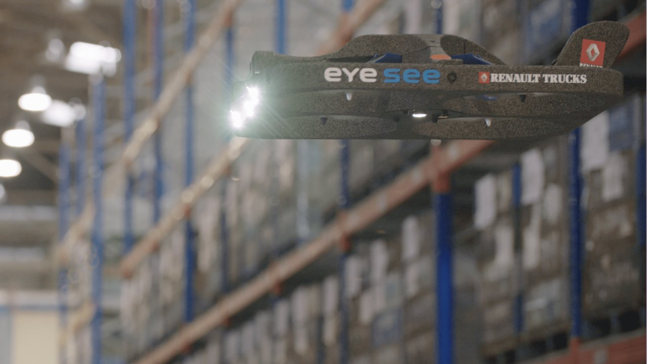 Automobilka nasadila dron na inventuru palet ve skladu.