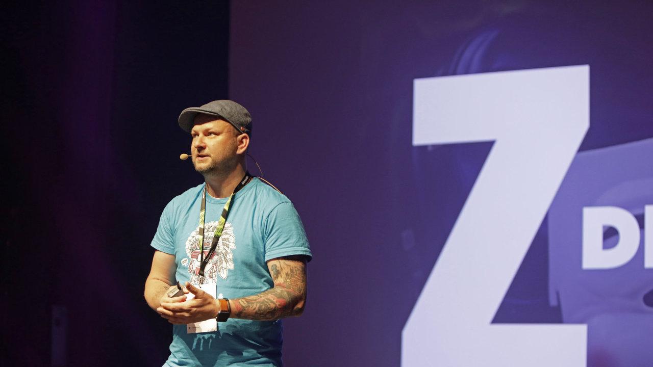 Petr Skondrojanis, zakladatel společnosti Cocuma, představující firemní kulturu různých společností, na konferenci Moderní řízení, HR Meeting 2019