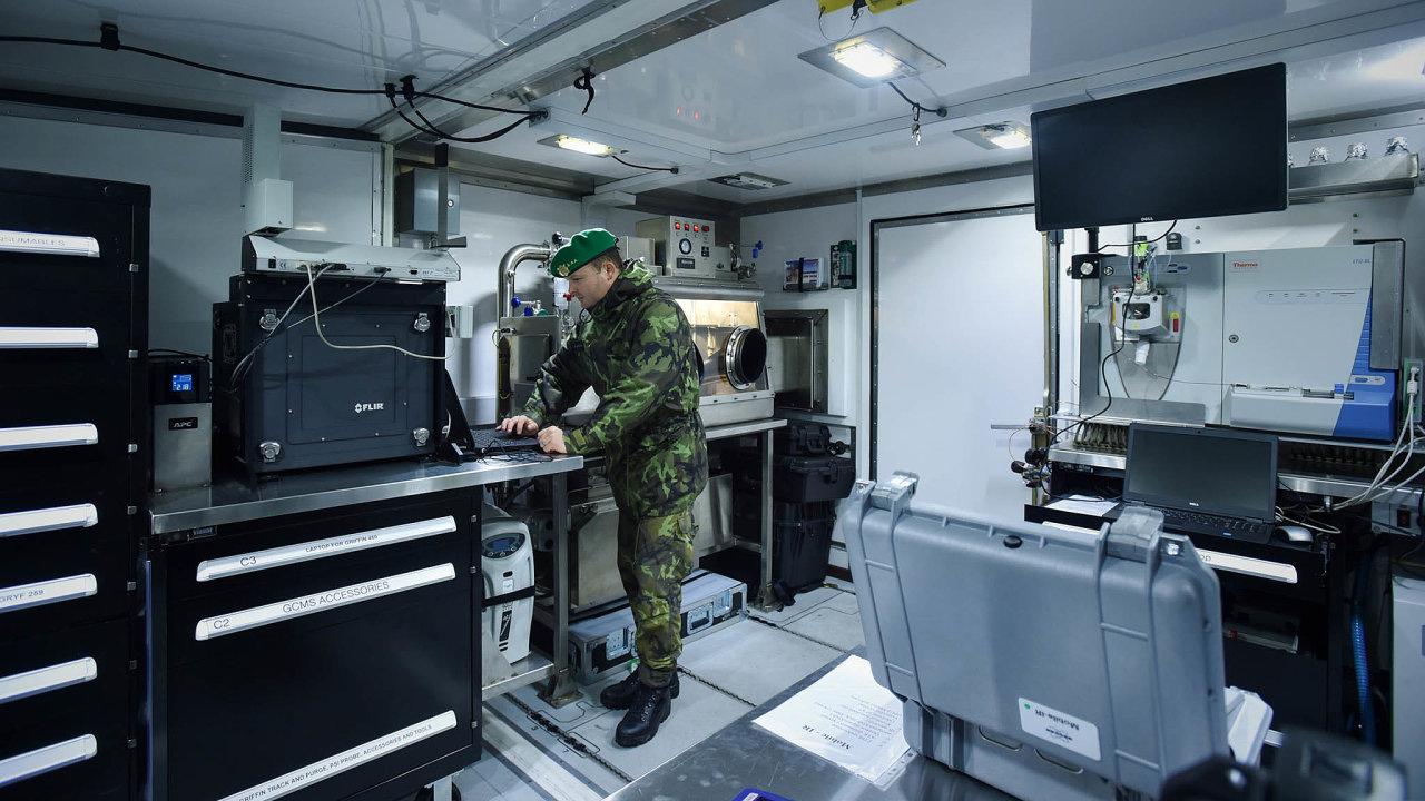 Peníze natechnologie: Česká protichemická jednotka patří kešpičkovým evropským útvarům. Peníze mohou pomoci kmodernizaci jejích laboratoří.