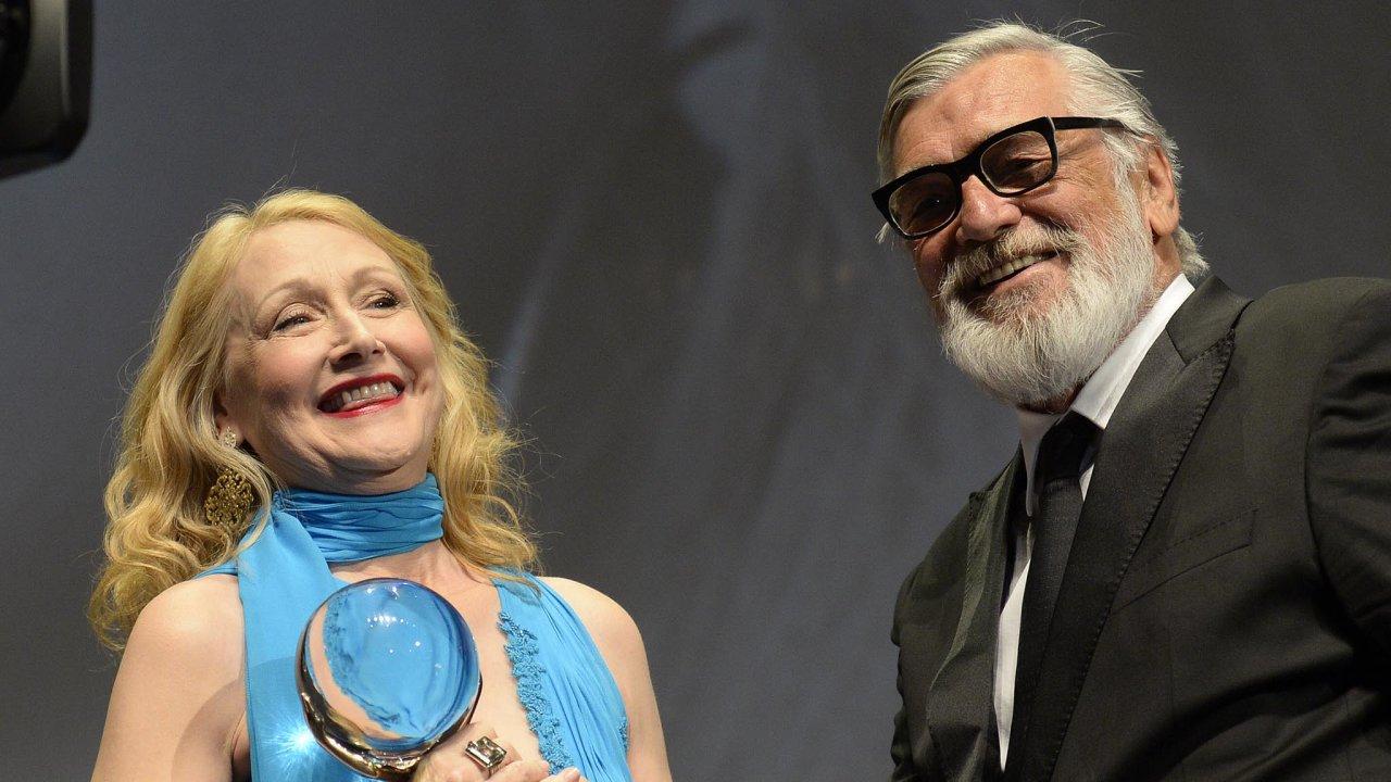 Dvě hvězdy. Americká herečka Patricia Clarksonová převzala odprezidenta festivalu Jiřího Bartošky Křišťálový glóbus zamimořádný přínos světové kinematografii.
