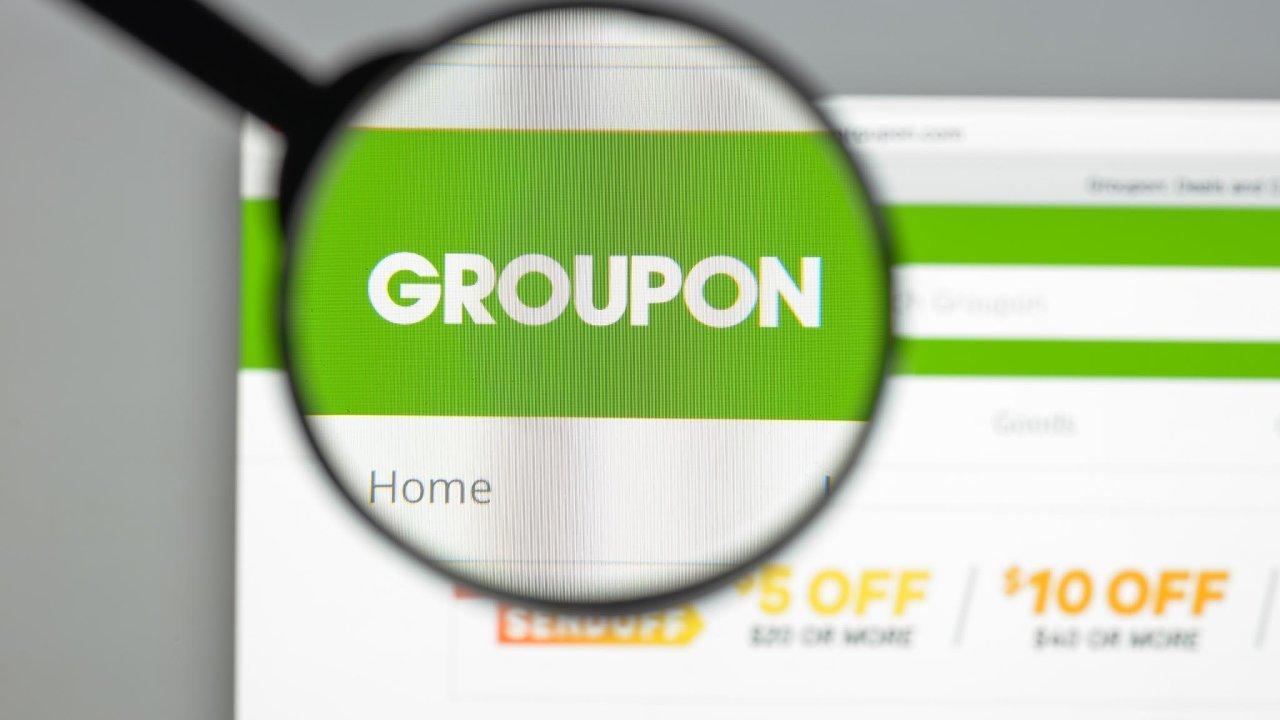 Americký portál Groupon podnikatele Andrewa Masona roku 2008 jako první on-line propojil lokální malé podnikatele smístními zákazníky.