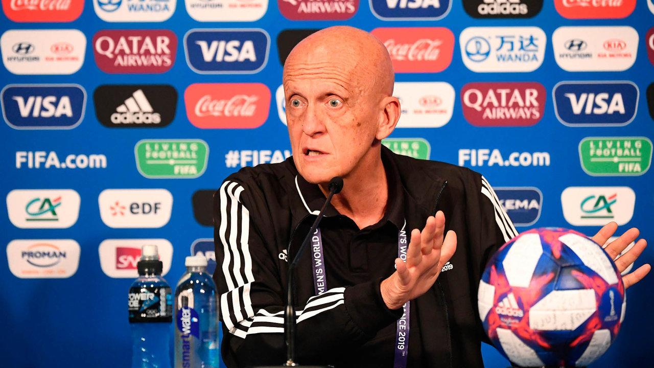 Šéf rozhodčích FIFA Pierluigi Collina obhajuje VAR pochybnými argumenty.