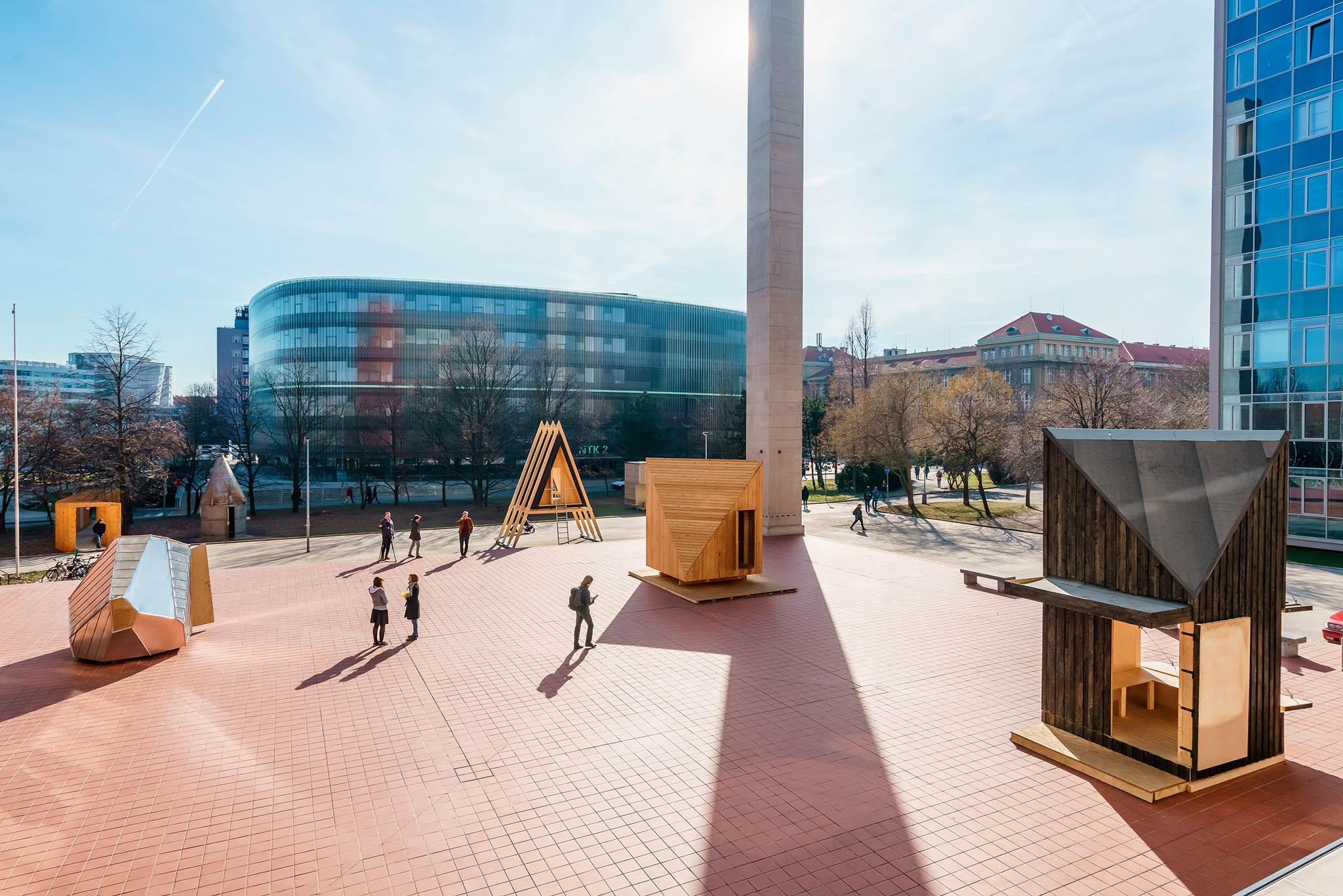 Vítězné projekty šesti útulen studenti sami postavili a v zimě je představili na nádvoří Fakulty architektury ČVUT.