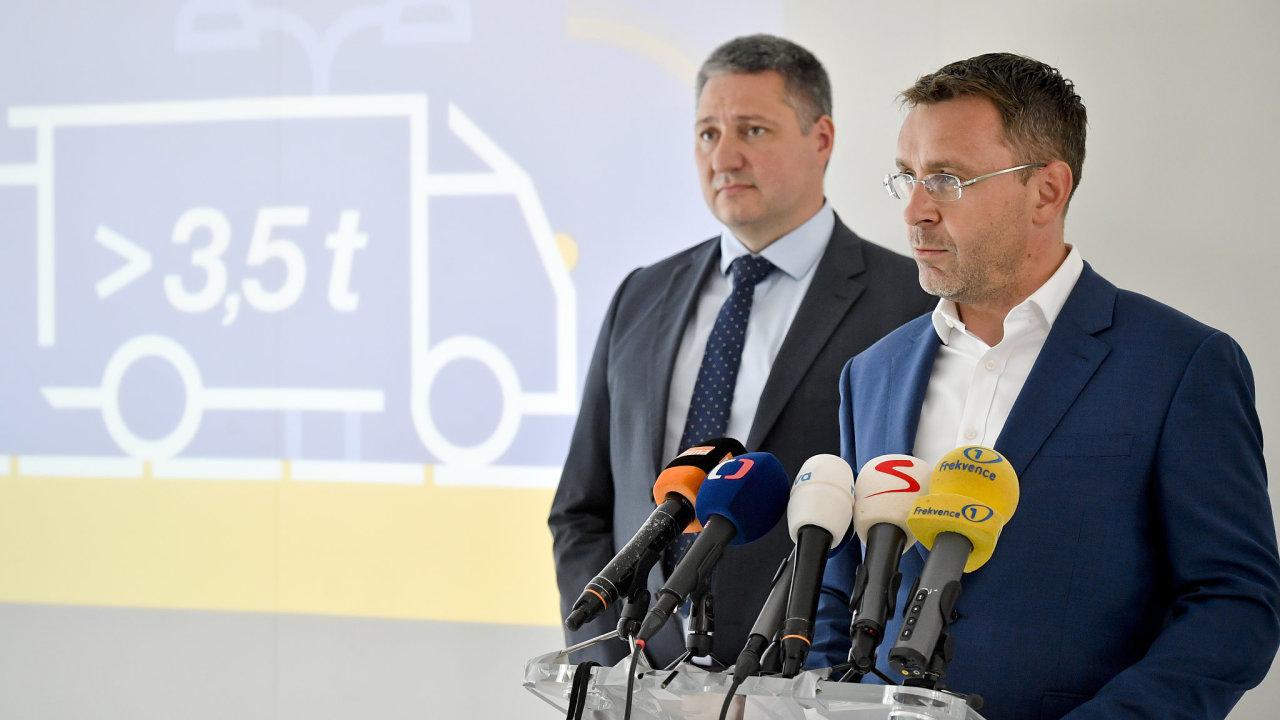 Ministr dopravy za ANO Vladimír Kremlík (vpravo) a generální ředitel společnosti CzechToll Matej Okáli (vlevo) vystoupili 19. července 2019 v Praze na briefingu po kontrolním dnu k přípravě mýta.