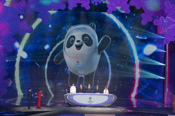 Maskotem zimní olympiády v Pekingu je panda v ledovém obleku.