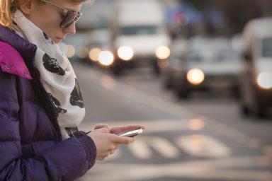 Američtí zákonodárci diskutují, zda nezakázat používání telefonu při přecházení.