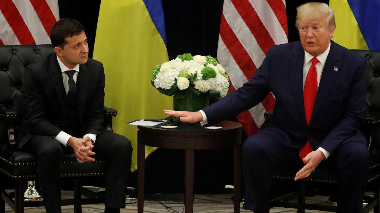Američtí demokraté tvrdí, že Trump vydíral Zelenského, když návštěvu vBílém domě podmiňoval tím, že Kyjev se postará okompromitující materiál naJoea Bidena, Trumpova možného soupeře do voleb.