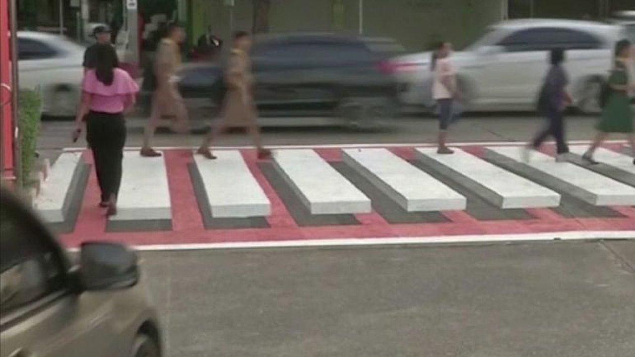 Plovoucí přechod pro chodce zabírá. Řidiči spolehlivě zastavují.