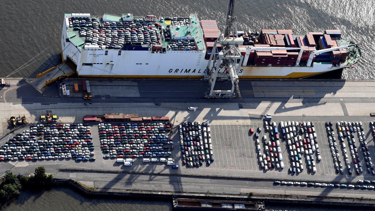 Zájem oněmecká auta klesl, hlavně vČíně. Nasnímku naloďování vozů určených pro vývoz vhamburském přístavu.