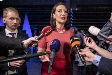 Zjevně zaskočená Alexandra Udženija poté, co neobhájila post první místopředsedkyně.