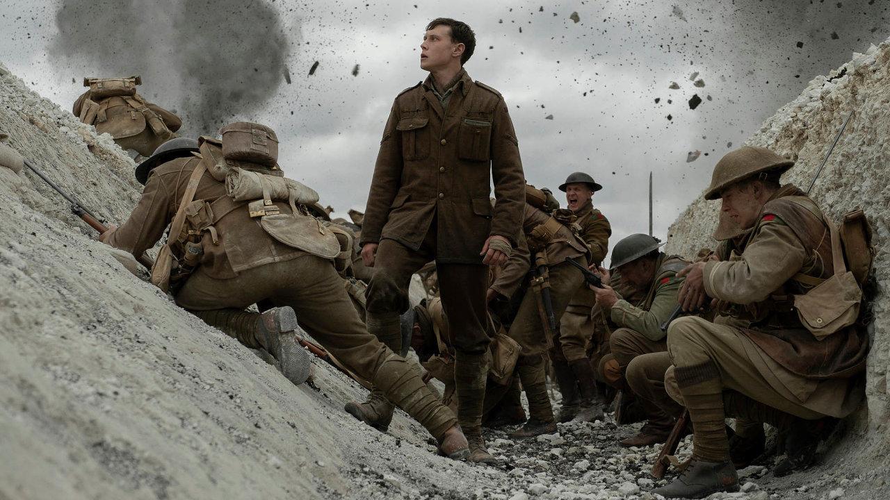 Hrdina filmu 1917 (uprostřed jeho představitel George MacKay) je další zpostav, jež vpříběhu zválky zažijí osobní hoře. Vhistorii kinematografie takové příběhy nabídly stovky tvůrců.