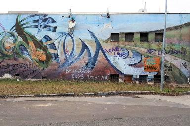 Malba Podzim Jana Kalába zdobí zdi prodejny potravin vareálu strahovských kolejí již odroku 1997. Autor ji vytvořil pomocí fasádní barvy asprejů. Starší mural vPraze neexistuje.