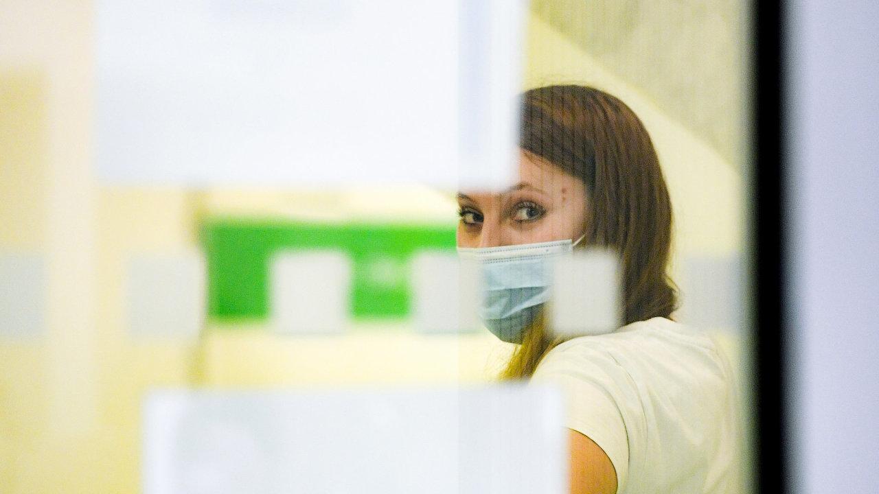 Aby se lidé přestali bát testovat a hlásit svoje kontakty, navrhlo ministerstvo práce a sociálních věcí navýšit odměnu za karanténu, případně za nemoc.