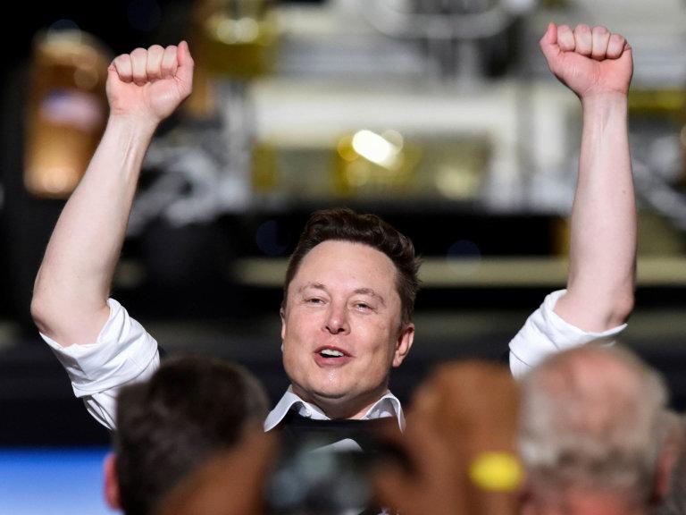 Během posledních dvou týdnů dosáhl podnikatel Elon Musk dvou velkých úspěchů. Poslal dovesmíru první lidskou posádku vsoukromé raketě své firmy SpaceX. Boduje i jím vedená společnost Tesla.