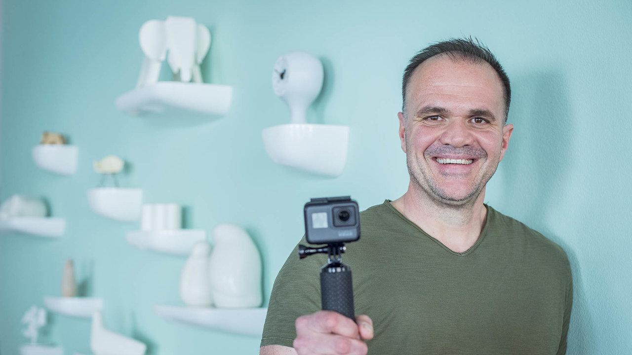 Ředitel české Vitry Jiří Zavadil se svou oblíbenou sportovní výbavou, kamerou GoPro.