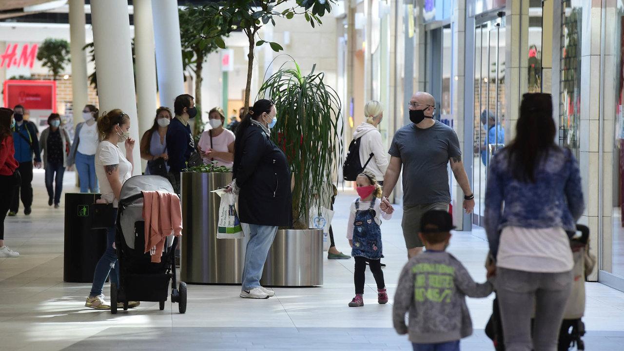 K příznivým výsledkům maloobchodu za květen přispělo i znovuotevírání obchodních center. Snímek je z 11. května, kdy zákazníky znovu přivítala olomoucká Šantovka.