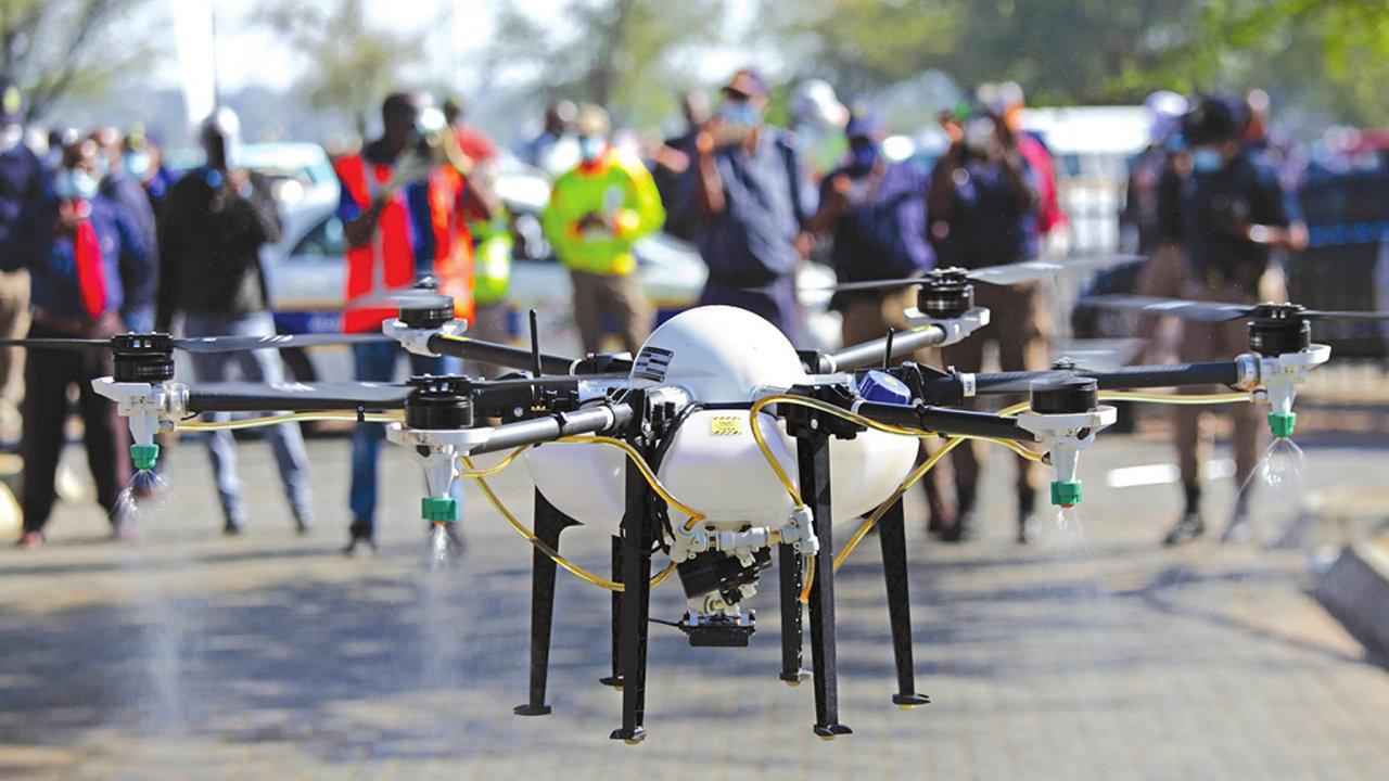 Společnost AcquahMeyer Drone Tech vznikla vroce 2017 stím, že bude postřikovat pole pesticidy. Letos vbřeznu začaly její drony kvůli probíhající pandemii dezinfikovat tržiště pod otevřeným nebem.