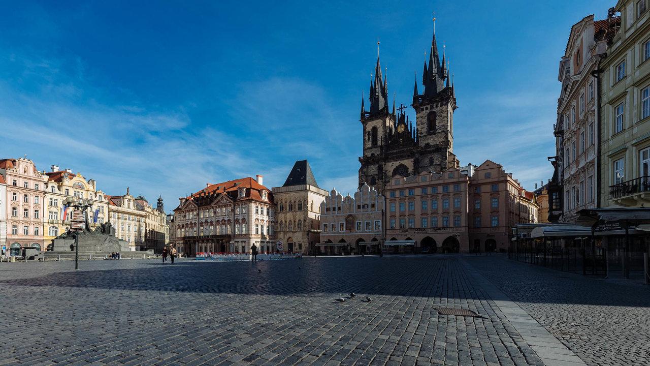 Koronavirová krize přiškrtila cestování po Evropě, do Česka tak přijíždí méně turistů než obvykle. Lidé pak chybí v hotelech nebo v restauracích.