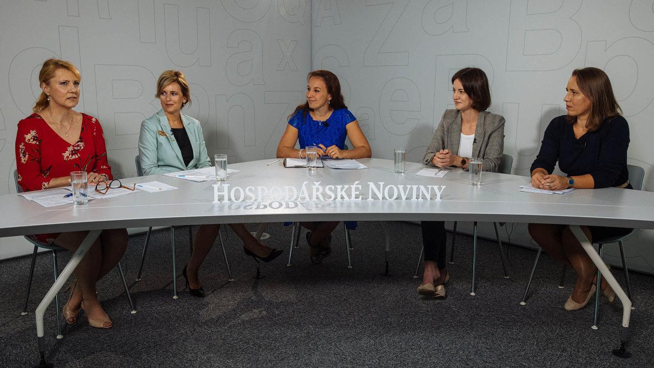 Oženách, které se rozhodly podnikat, hovořily (zleva) Eva Svobodová, Markéta Francová, moderátorka Zuzana Keményová, Hana Fořtová aPetra Bergová.