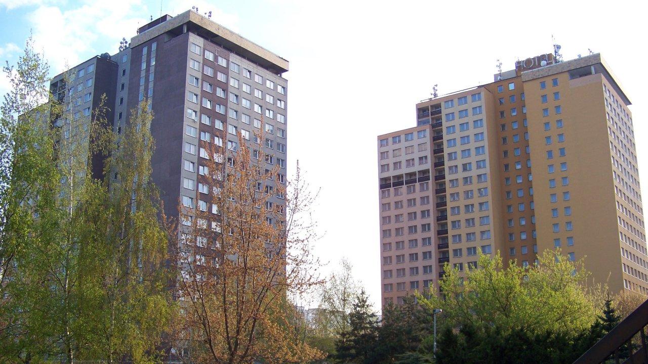Hotel Opatov (napravo). Jeho rekonstrukci schválilo hlavní město v červnu 2018. Vedle něj se tyčí ubytovna Sandra.