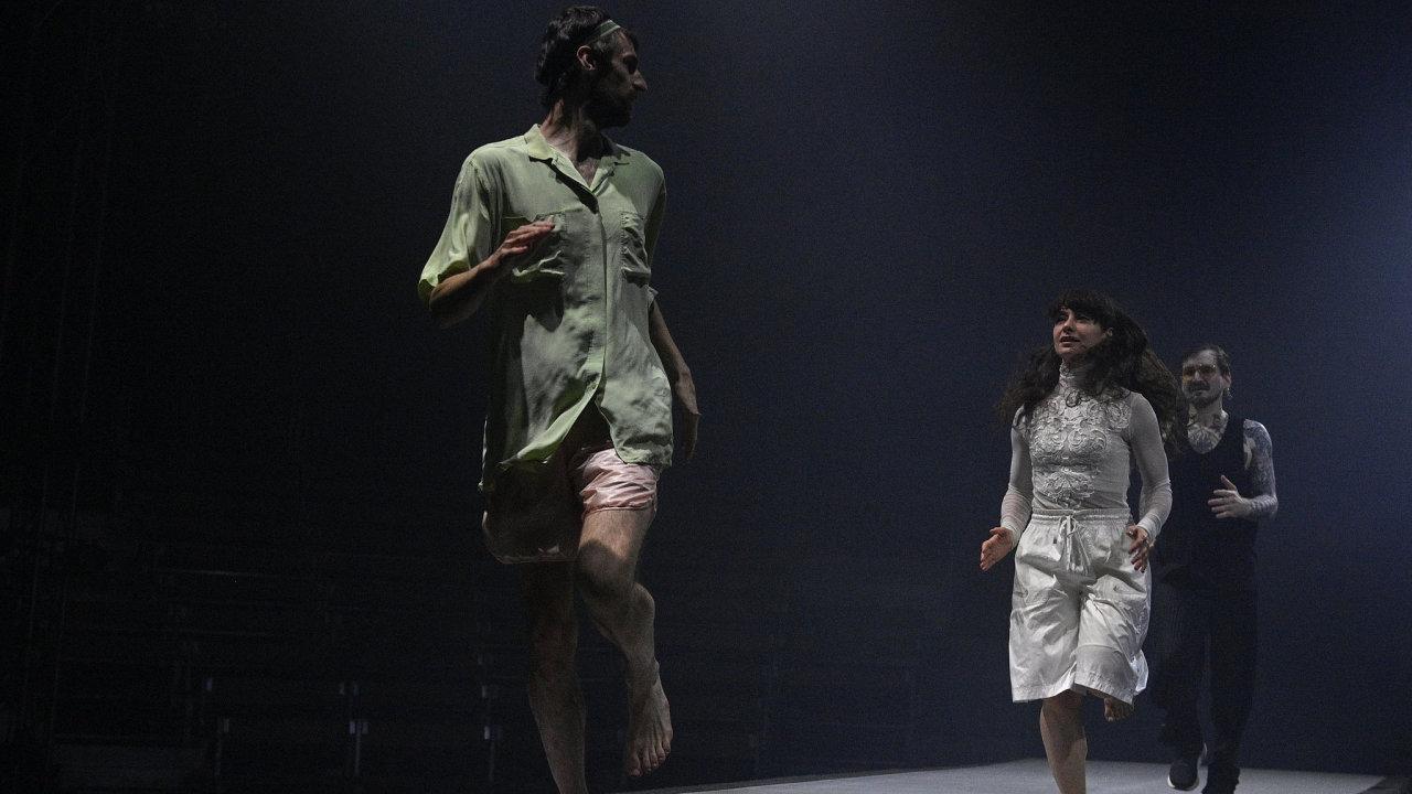 """Obří pohyblivý pás aponěm """"nikam"""" běží herci Cirku La Putyky, kteří na pražském Výstavišti hrají """"cirkusovou esej"""" Běžci."""