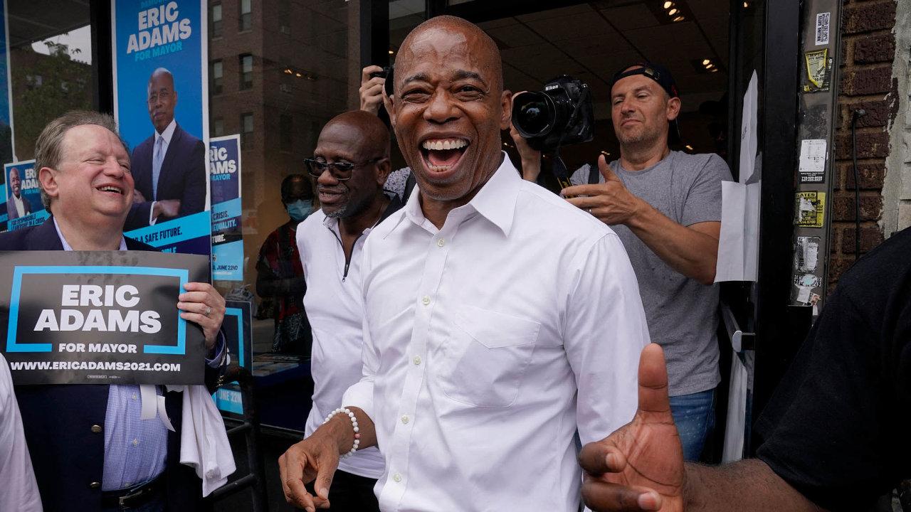 Eric Adams, který během své předvolební kampaně často zdůrazňoval, že pochází ze skromných poměrů, se o starostenský post utká začátkem listopadu s republikánským kandidátem Curtisem Sliwou.