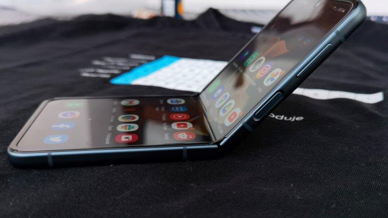 Telefon je dobře vyvážený, takže zvládne i takový záklon obrazovky