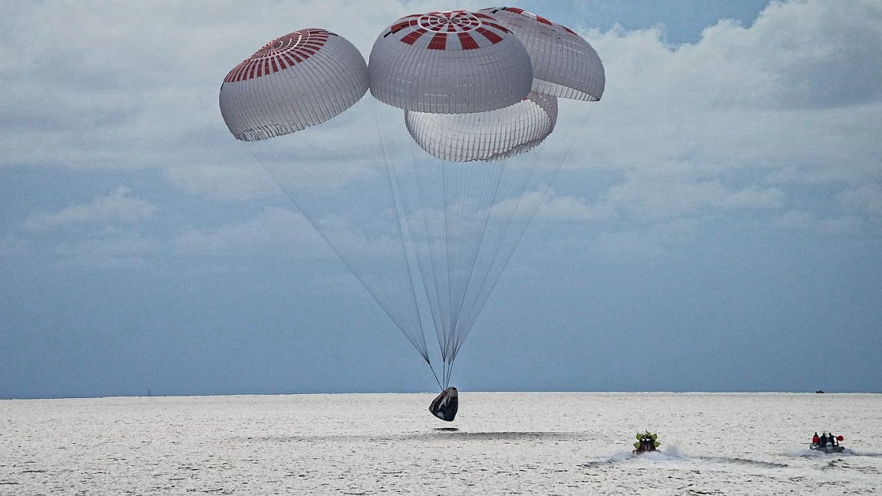 Mise Inspiration4 bezpečně dostala do vesmíru a zpět na Zemi čtyři civilisty.