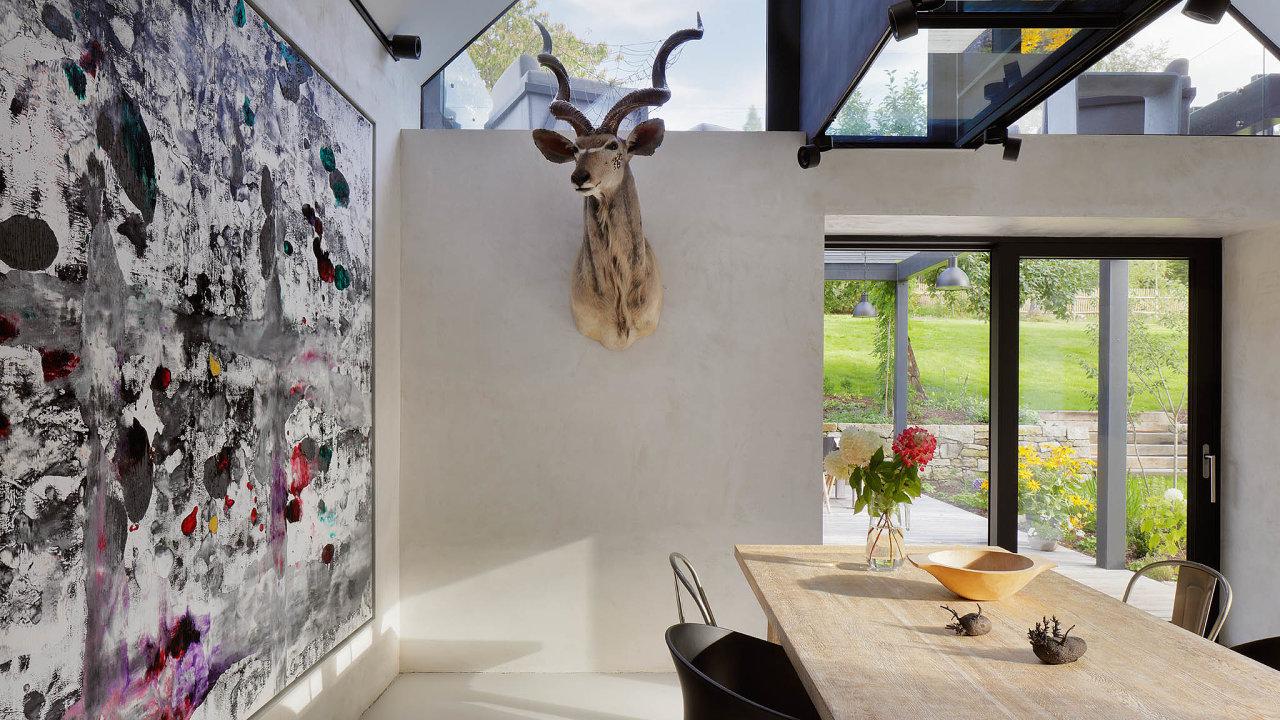 Jídelně dominuje obraz berlínského umělce Norberta Stefana atrofej odDaniela Dante Hartla. Nastole leží bronzové brambory Milana Housera.
