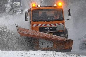 O úklid sněhu ze silnic prvních tříd se letos poprvé bude starat i soukromá firma.
