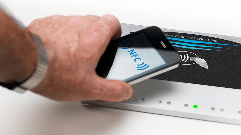 Bezdotykové placení mobilním telefonem - ilustrační foto