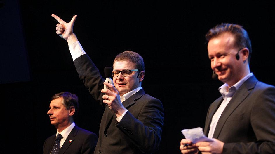 Debata Prezidentský powerpoint (zleva): Jan Fischer, komentátoři HN Jindřich Šídlo a Petr Honzejk