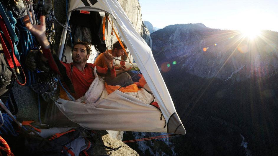 Při výstupu na masiv El Capitan tráví lezci i několik nocí ve stěně.