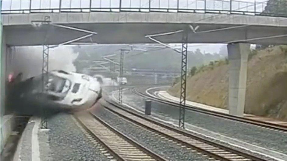 Vlak vjíždí do zatáčky u Santiaga de Compostela