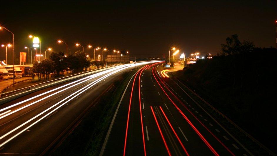 Noční dálnice, ilustrační foto