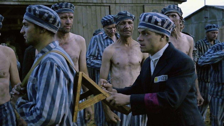 Jiří Mádl (vpravo) hraje hlavní mužskou postavu v milostném příběhu zajatců osvětimského koncentračního tábora.