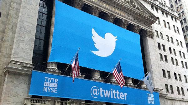 Logo Twitteru na newyorské burze v době úpisu akcií v roce 2013.